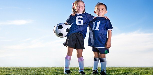 copiii joaca sport fotbal