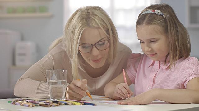 Cum îți ajuți copilul la teme