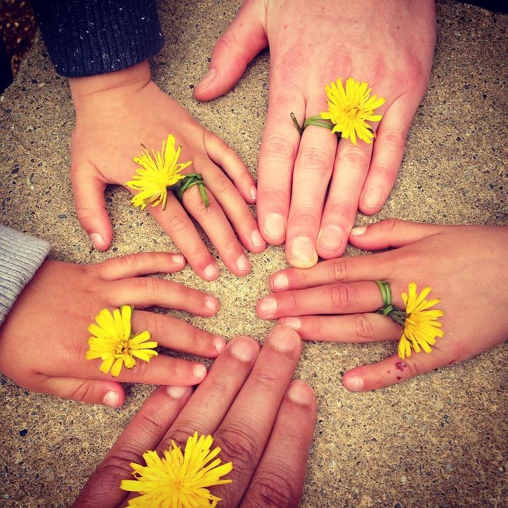 copii se joaca cu flori