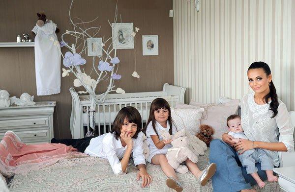 Anca Serea alături de trei dintre copiii ei: David, Sara și Noah (imagine de pe blogul Ancăi, www.voios.ro)